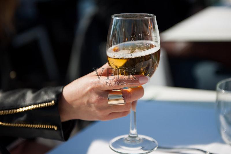 喝酒-高雅 玻璃 白色 女人 葡萄酒 手 仅女人 白人 尝 艺术文化和娱乐 身