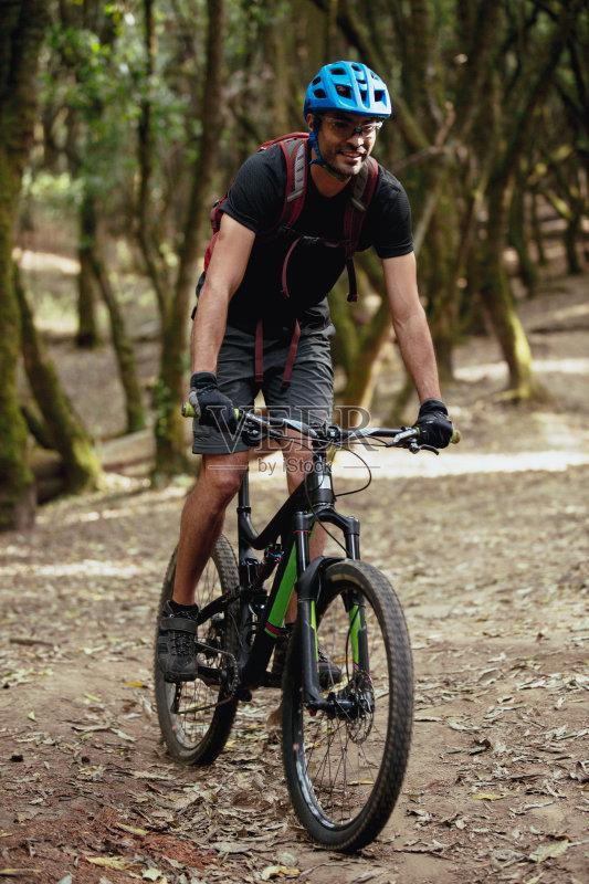 人 骑自行车 不看镜头 墨西哥人 冒险 渴望 生活方式 努力 表现积极 仅一