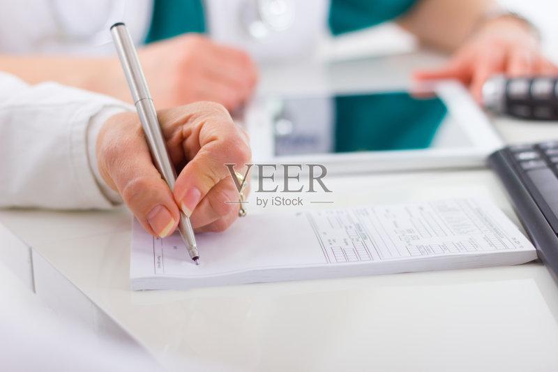 写字-计算机 人 白色 女人 生病 想法 听诊器 文档 手 白色背景 女性 技术