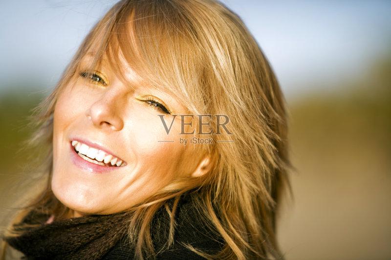 笑容-秋天 人 欢乐 晴朗 肖像 明亮 看 休闲装 太阳 白人 情感 围巾 生活