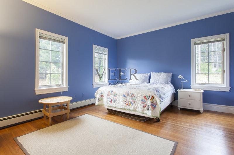 家居-建筑结构 住宅内部 窗户 样板房内部 卧室 家具 桌子 白昼 小毯子 图片