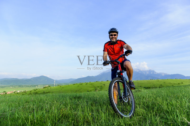 人 欢乐 骑自行车 自行车头盔 男性 冒险 白人 运动员 太阳镜 生活方式