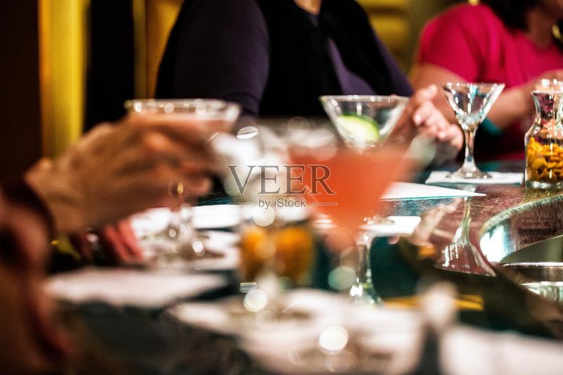 喝酒-鸡尾酒 饮料 女人 快乐时光 酒吧 吧台 喝 成年人 含酒精饮料