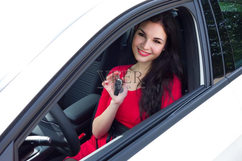 人 司机 人 驾车 欢乐 女人 肖像 陆用车 运输 仅女人 白人 女性 生活方