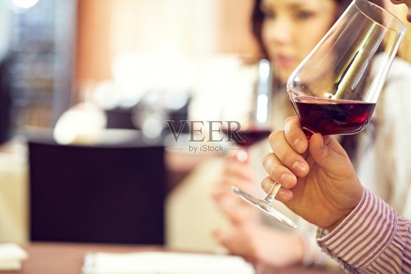 喝酒-咖啡馆 人 休闲活动 女人 葡萄酒 手 液体 休闲装 喝 白人 口渴的