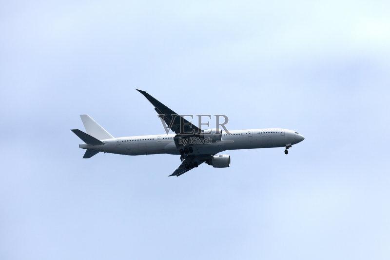 飞行器 波音777 飞 上升 云 商用机 飞机 着陆 天空 蓝色 交通方式