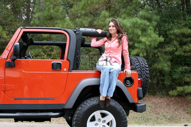 四驱车 时尚 吉普 橙色 健康生活方式 乐趣 衬衫高清图片