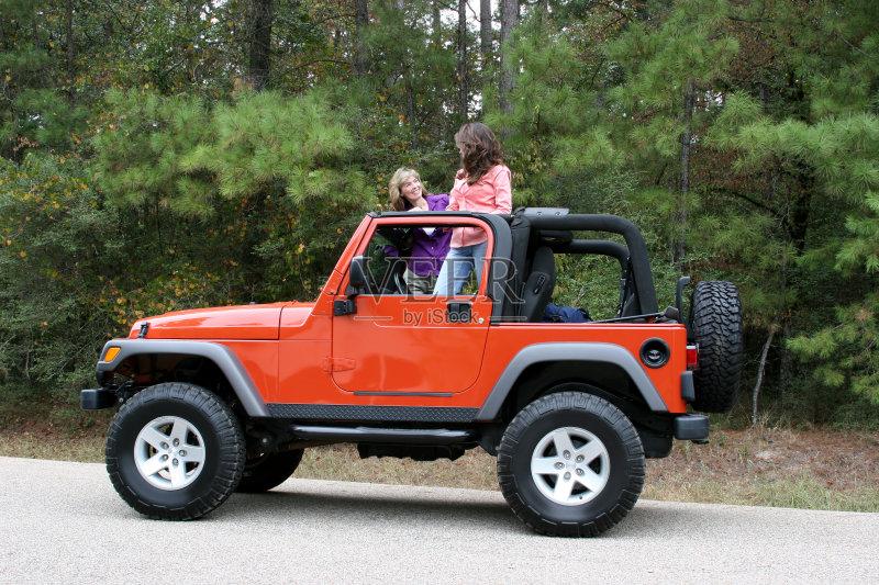 吉普-秋天 司机 人 周末活动 高雅 女人 红色 路 运输 从容态度 休闲装 高清图片