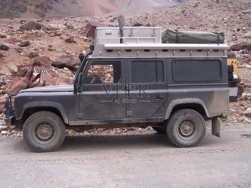 肮脏的 吉普 徒步旅行 冒险 探索 自然 旅游目的地 旅行 行李 地形 远征高清图片