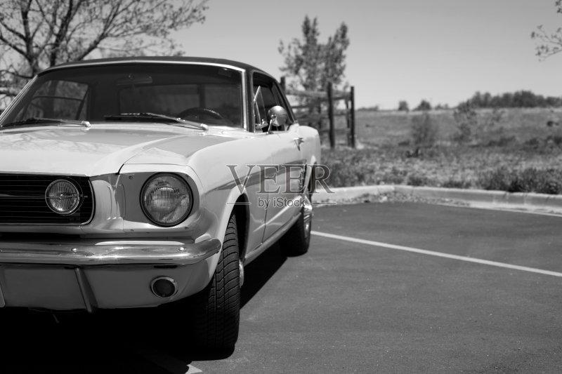 天空 老爷车 福特野马 白昼 无人 古典式 跑车 复古风格 怀旧 旅行 树 高清图片