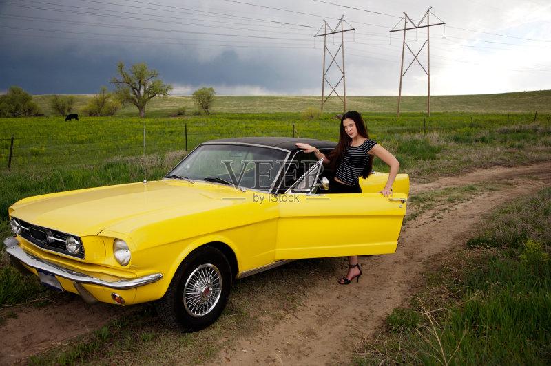 性 田园风光 福特野马 民用车 陆用车 汽车 非都市风光 黄色 户外高清图片
